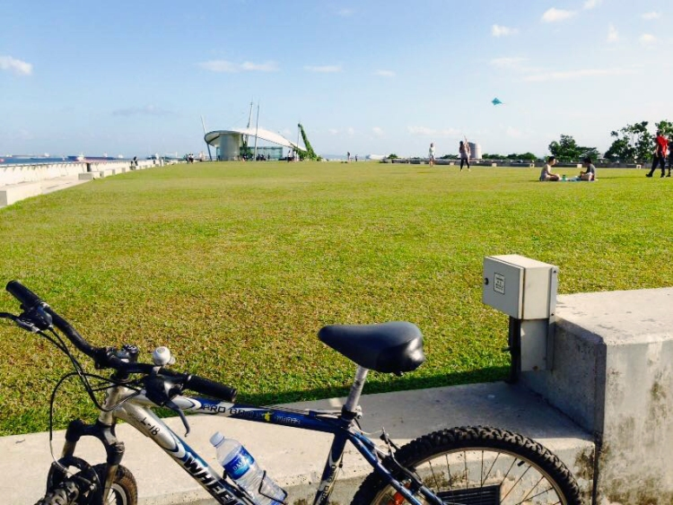 Fly a kite or bike around Marina Barrage